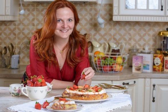 Janka pri stylovaní recepto Adriany Polákovej v TV relácii Moja sladká výzva. Recepty tvoria aj obsah rovnomennej knihy.