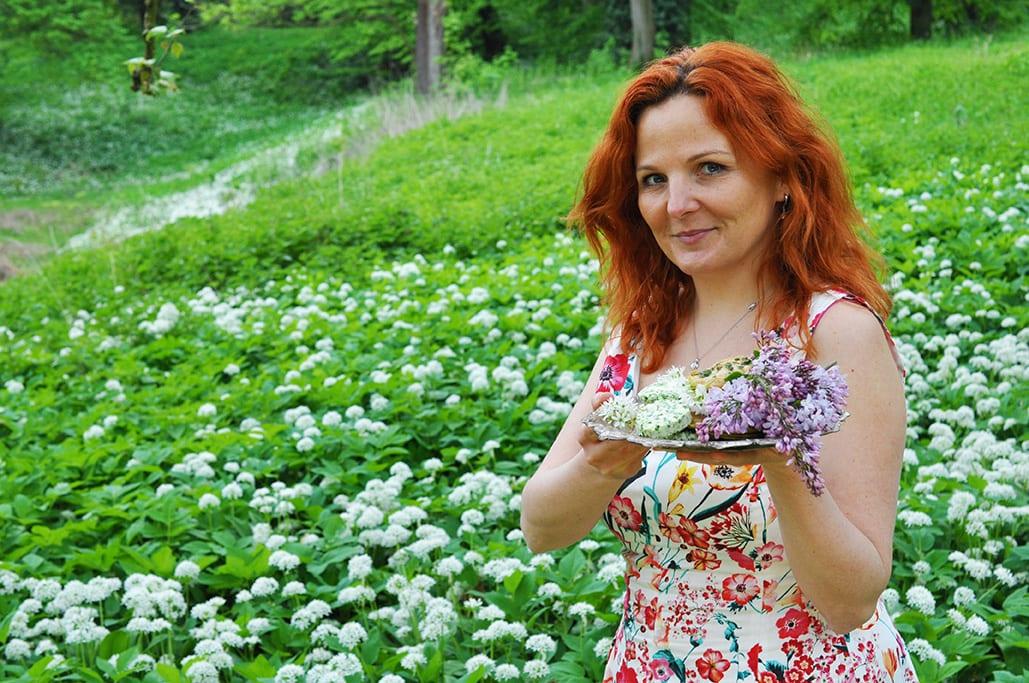 Chlieb s medvedím cesnakom najlepšie chutí na pikniku. Príprava receptu, foodstyling, foto: Jana Štrbková