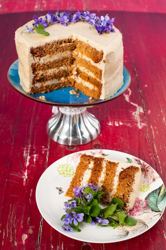 Medová torta s karamelovou plnkou a s fialkami