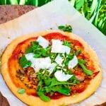 kvásková pizza s rukolou a parmezánom