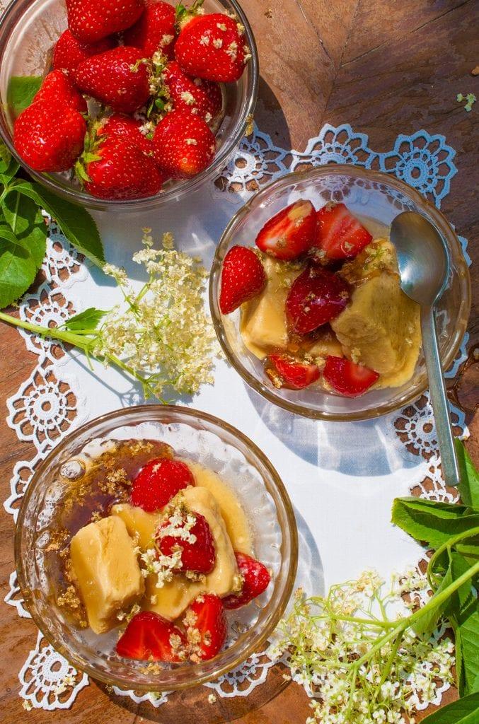 zmrzlina s jahodami a karamelizovanou bazou recept