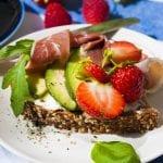 celozrnný chlieb s avokádom a jahodami