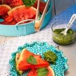 grilovaný melón s mätovým pestom