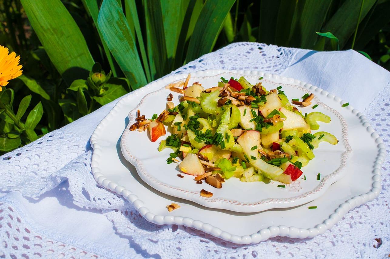 šalát zo stopkového zeleru a jablka